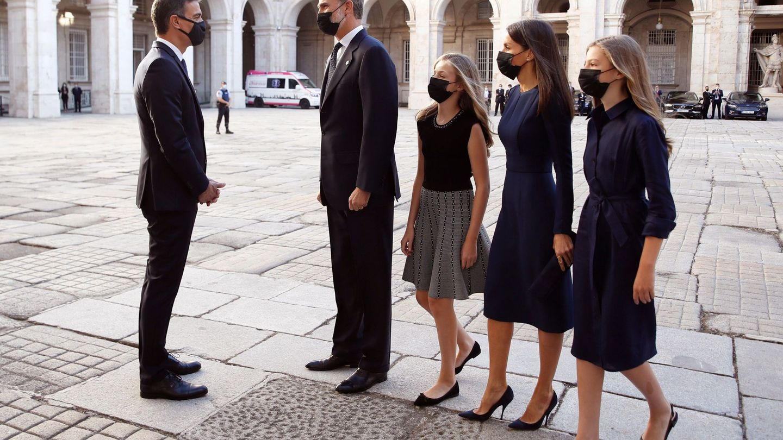 Pedro Sánchez recibe a la familia real. (EFE)