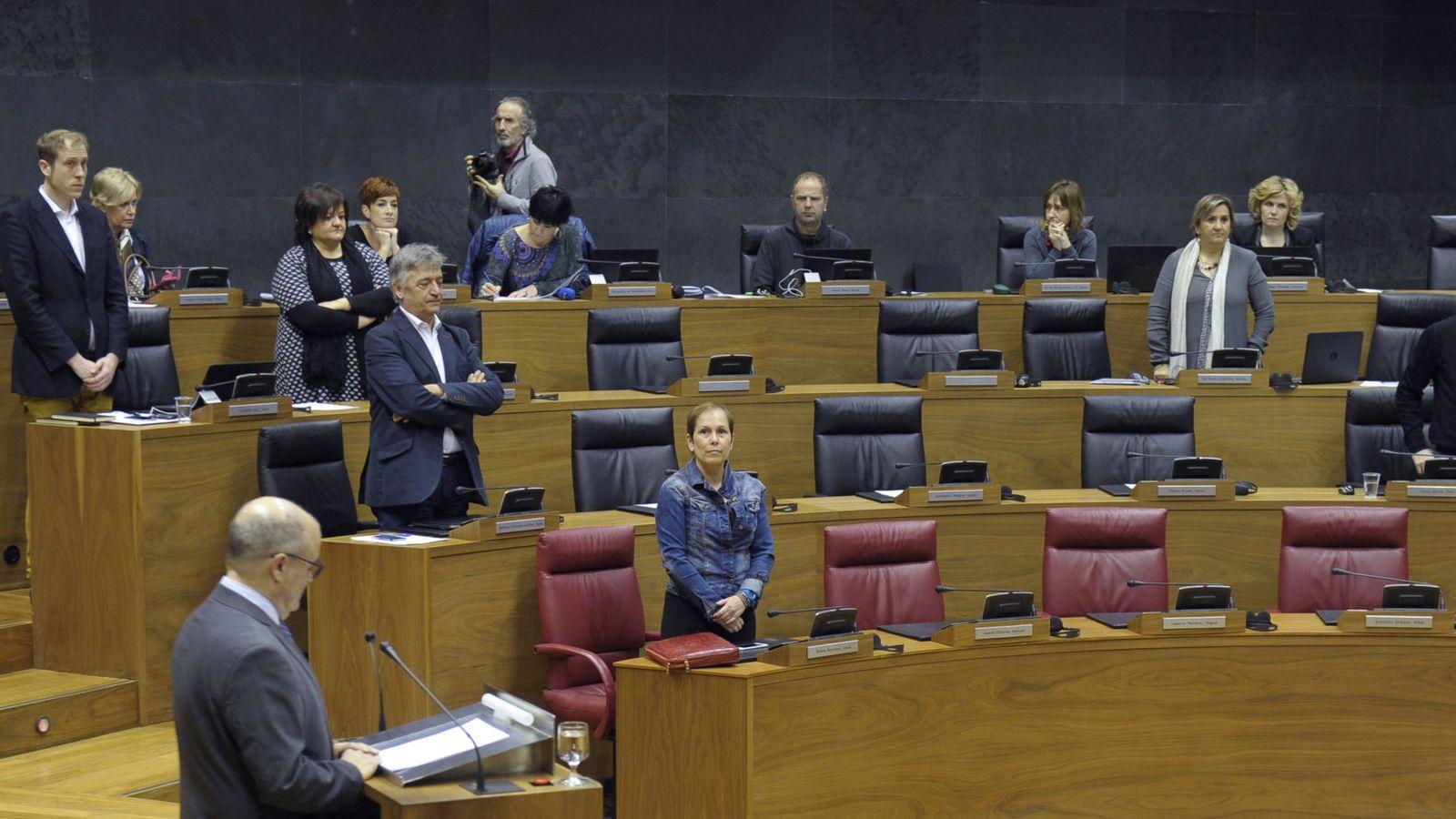 Foto: Todos los parlamentos en pie menos los de EH Bildu, sentados al fondo. (EFE)