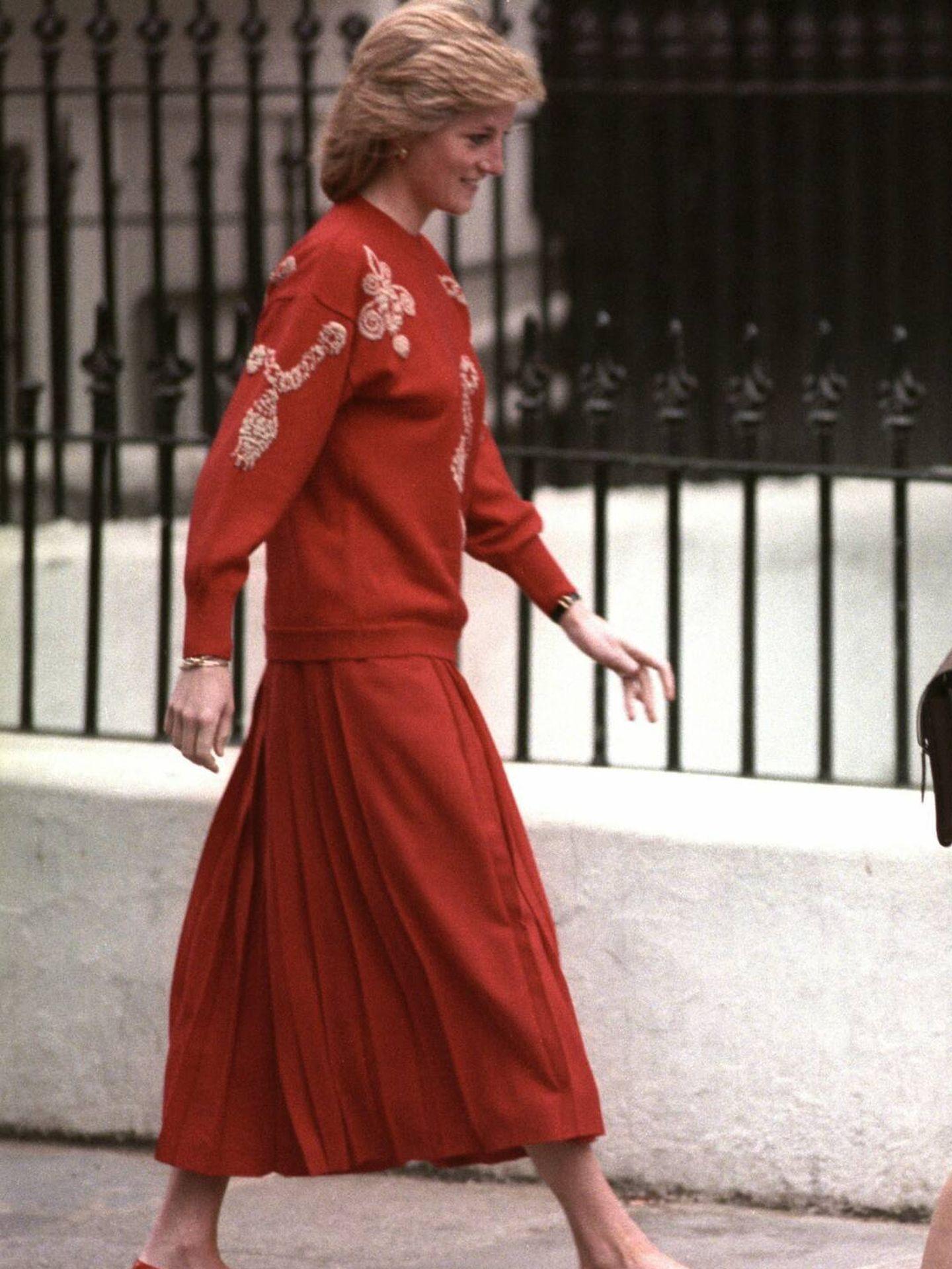 Diana de Gales, con falda midi plisada llevando a Guillermo y Harry al colegio. (Cordon Press)