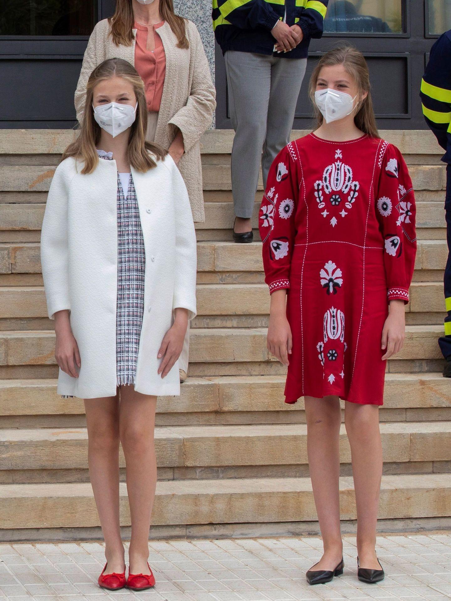 La princesa Leonor y la infanta Sofía posan en el astillero de Navantia. (EFE)