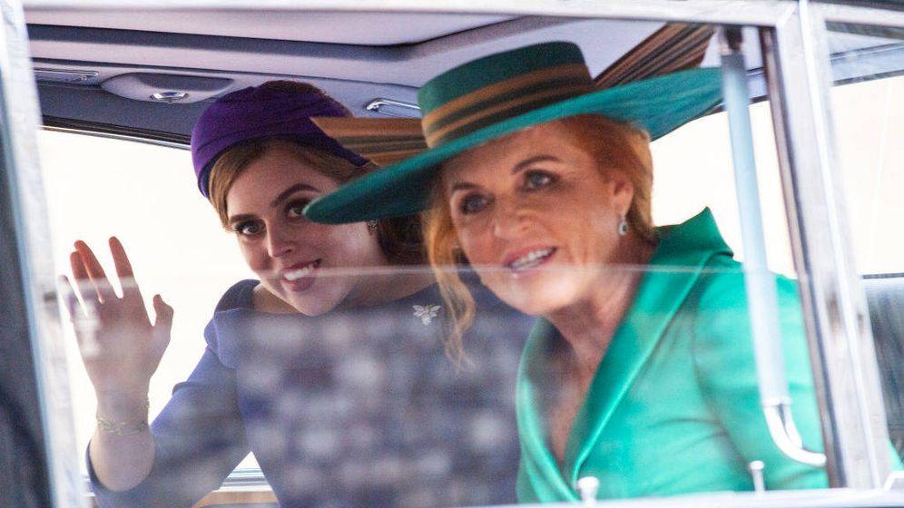 Foto: Beatriz de York y Sarah Ferguson, en la boda de Eugenia de York. (Getty)