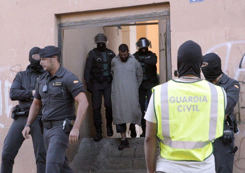 Foto: Uno de las seis personas que han sido detenidas en Melilla (Efe)
