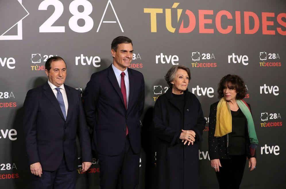 Foto: Pedro Sánchez, durante el debate del 22 de abril de 2019, con Rosa María Mateo (2d) y la directora de RNE, Paloma Zuriaga. (EFE)
