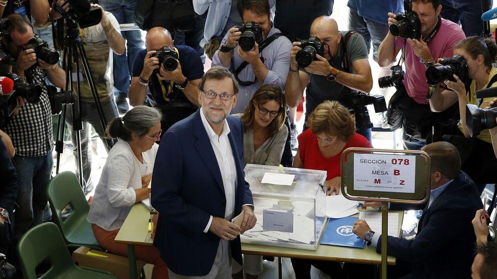 Foto: El presidente en funciones, Mario Rajoy, vota en las últimas elecciones. (Efe)
