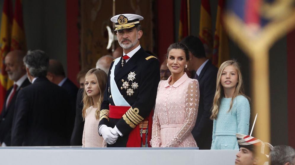 Foto: Los reyes y sus hijas en el desfile de la Fiesta Nacional. (EFE)