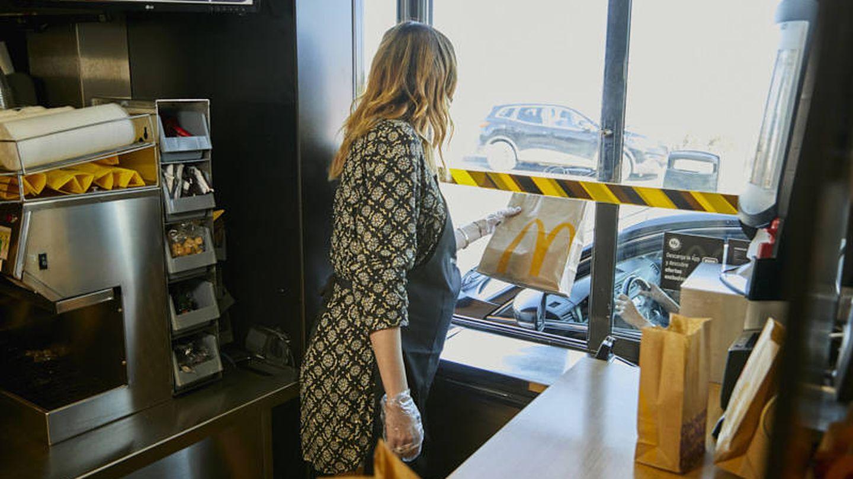 Dafne Fernández, repartiendo pedidos en un McDonald's. (Cortesía)