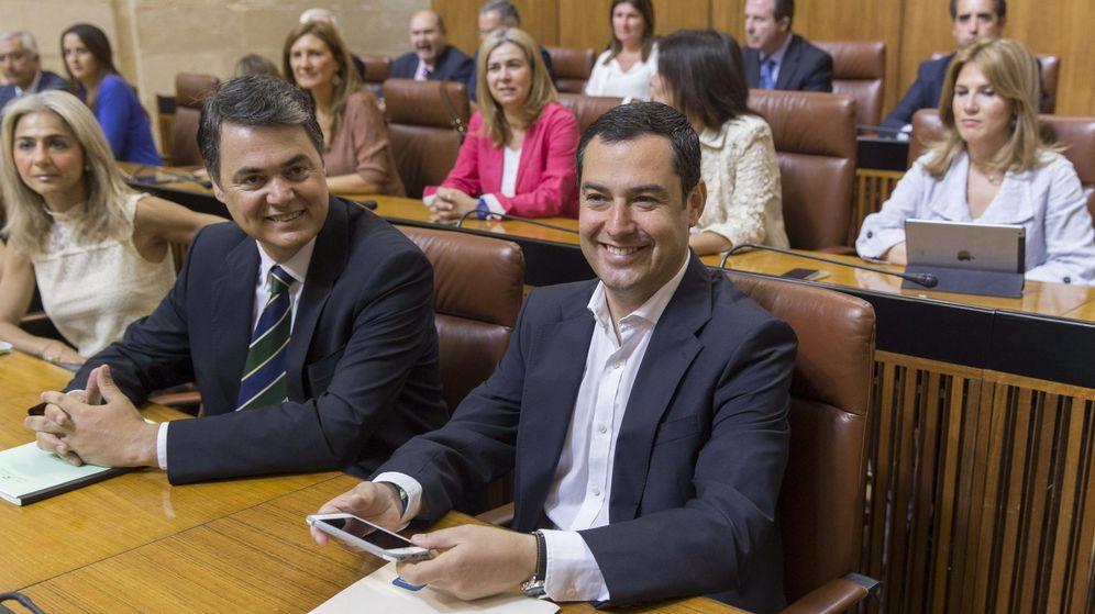 Foto: El líder del PP andaluz, Juanma Moreno (c), y el portavoz Carlos Rojas (i), junto a los diputados de su grupo, durante la tercera votación para la investidura de Susana Díaz. (Efe)
