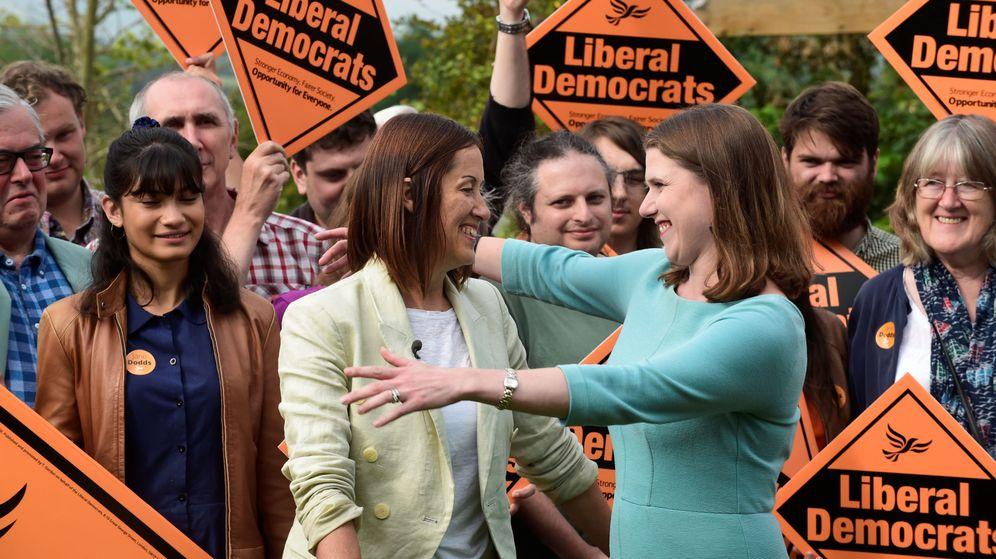 Foto: Los liberales demócratas celebrando la consecución de un escaño en la última by-election. (Reuters)