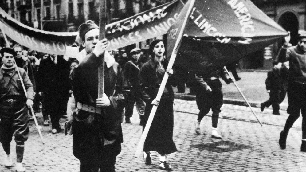 Foto: Desfile de la Brigada Lincoln, con hombres y mujeres. (Cordon Press)