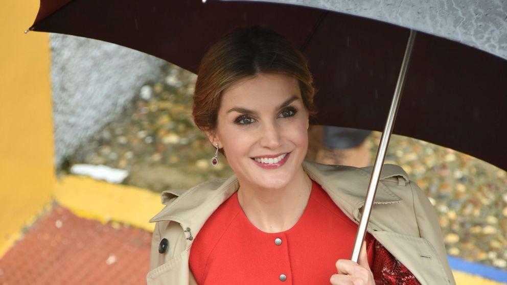 El desacertado look de 'Letizia Poppins' para pasar un día lluvioso en Sevilla