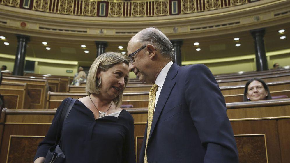 Foto: El ministro de Hacienda, Cristóbal Montoro, dialoga con la diputada de Coalición Canaria, Ana Oramas. (EFE)