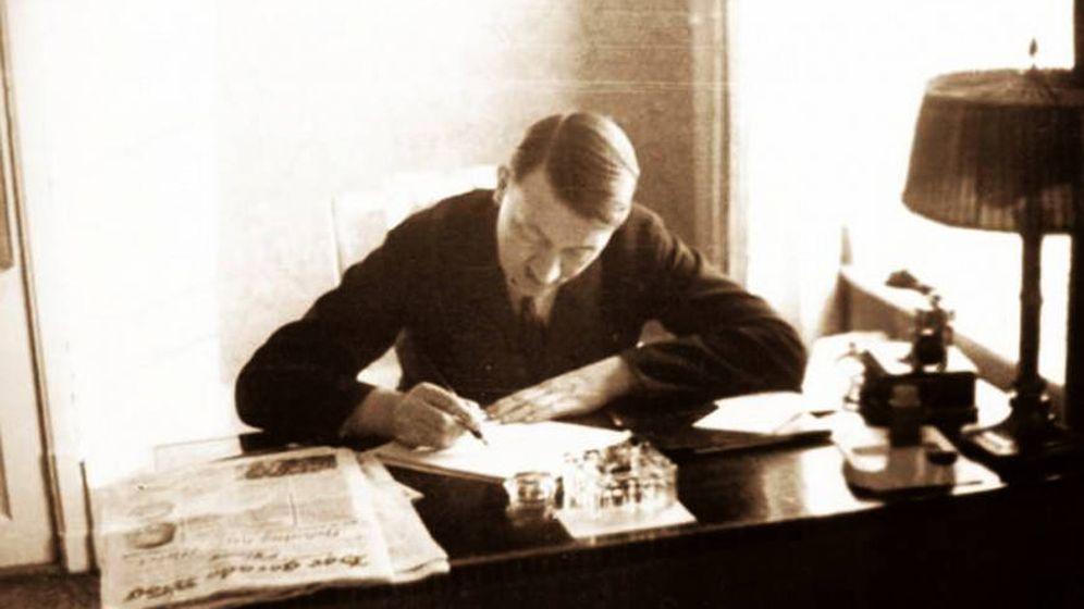Foto: Adolf Hitler redactando una carta