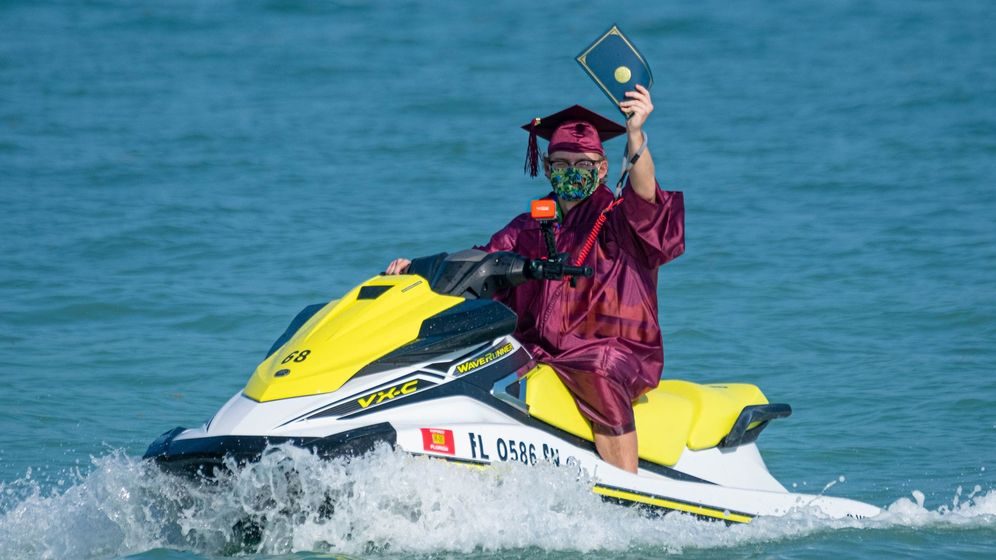 Foto: Solo en Florida: una graduación en motos de agua para evitar el covid-19 (EFE/Mark Hedden)
