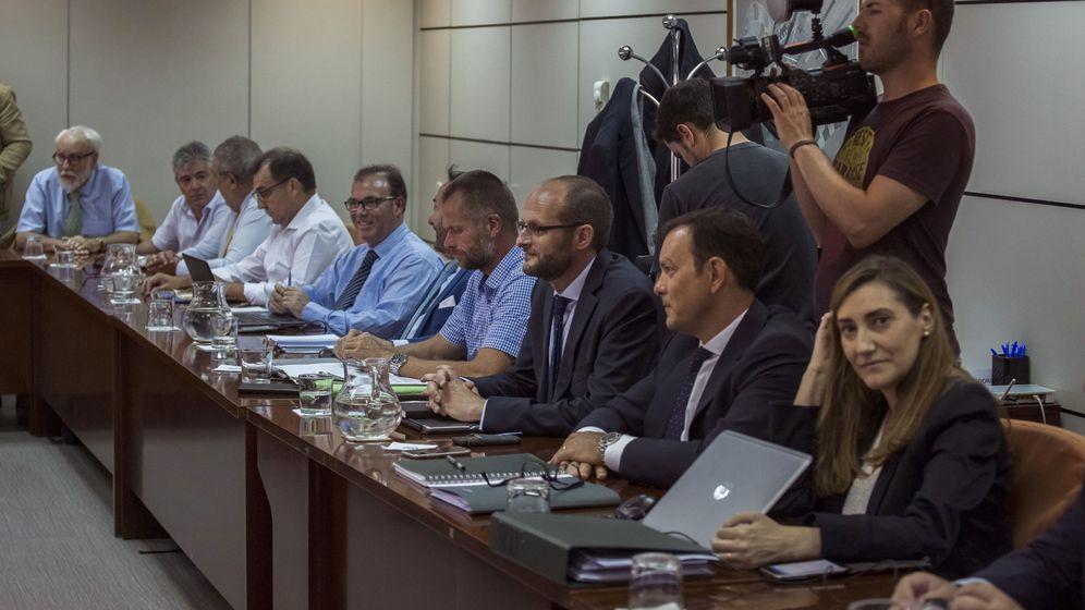 Foto: Los representantes de la patronal Anesco, el pasado martes, en su última reunión con los estibadores. (EFE)