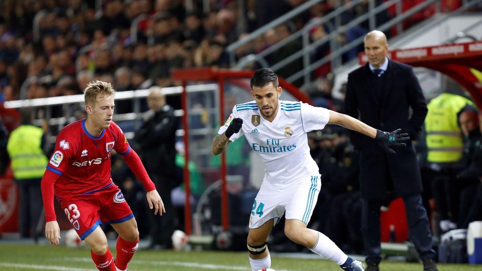 Foto: Ceballos intenta un recorte ante la mirada de Zidane. (EFE)