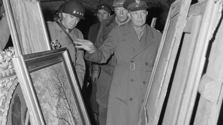 Dwight D. Eisenhower, observando algunas obras de arte recuperadas por los aliados. (Reuters)