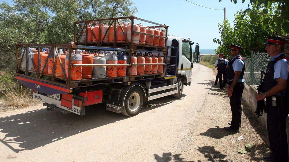 Foto: Un camión retira parte de las 120 bombonas de butano halladas en el chalé de Alcanar Platja utilizado por los terroristas de Barcelona y Cambrils. (EFE)