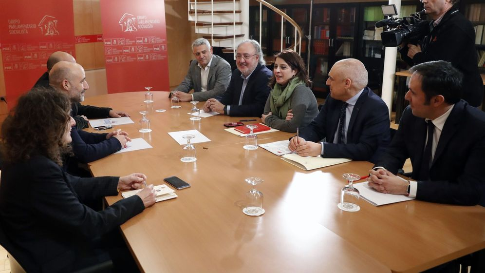 Foto: La diputada del PSOE, Adriana Lastra (c-d), junto a Rafael Simancas (2d), Guillermo Meijón (4d), César Ramos (d) y Germán Renau (5d) se reúnen con una delegación del BNG, encabezada por Néstor Rego. (EFE)