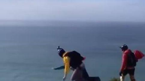 Tragedia en un salto: no se le abre el paracaídas y acaba estrellándose contra el suelo