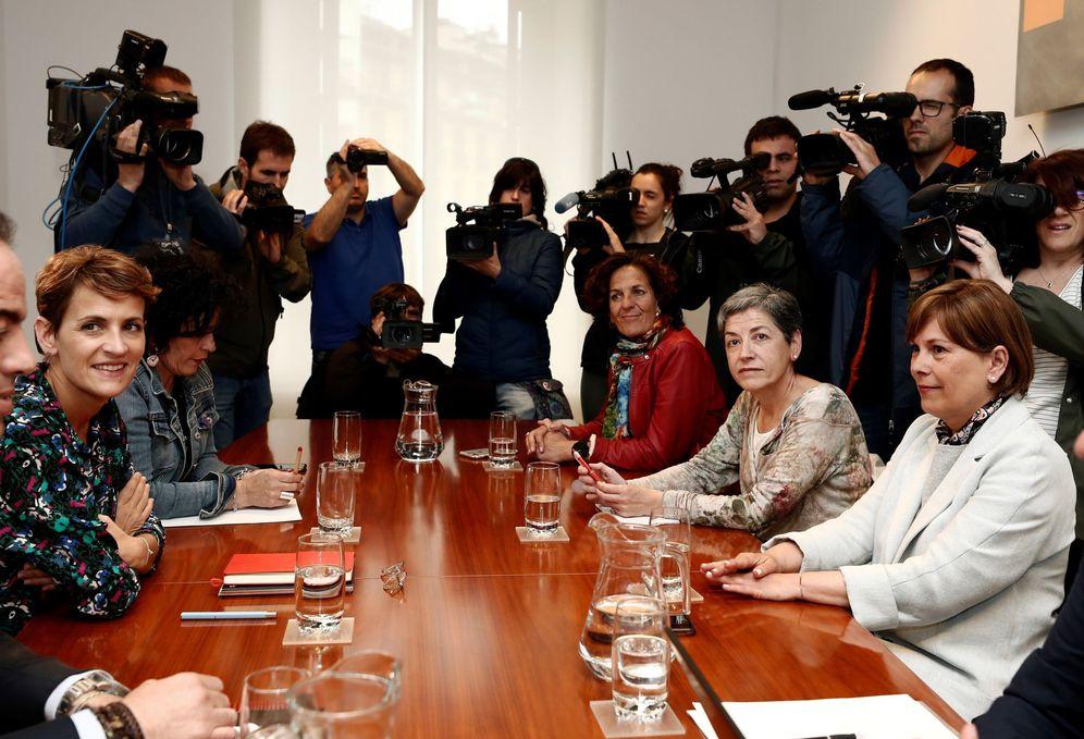 Foto: Chivite (izquierda) y Barkos (derecha) al inicio de la reunión en el Parlamento de Navarra. (EFE)
