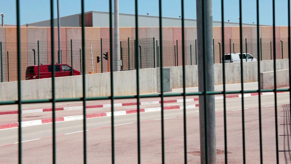 Foto: Llegada de los presos Jordi Cuixart, Jordi Sánchez, Raul Romeva y Oriol Junqueras en dos furgonetas al centro penitenciario Els Lledoners. (EFE)
