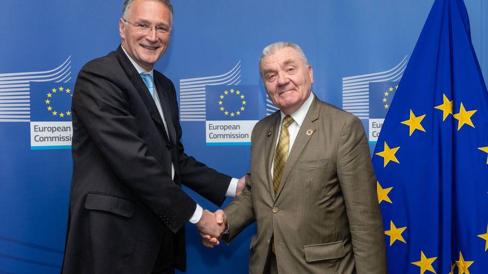 Foto: Mauro Ferrari junto al anterior director del ERC, Jean-Pierre Bourguignon (Comisión Europea)
