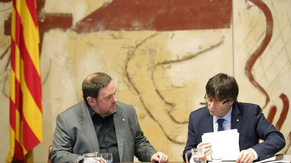 Foto: El presidente de la Generalitat, Carles Puigdemont (d), conversa con el vicepresidente y conseller de Economía, Oriol Junqueras. (EFE)
