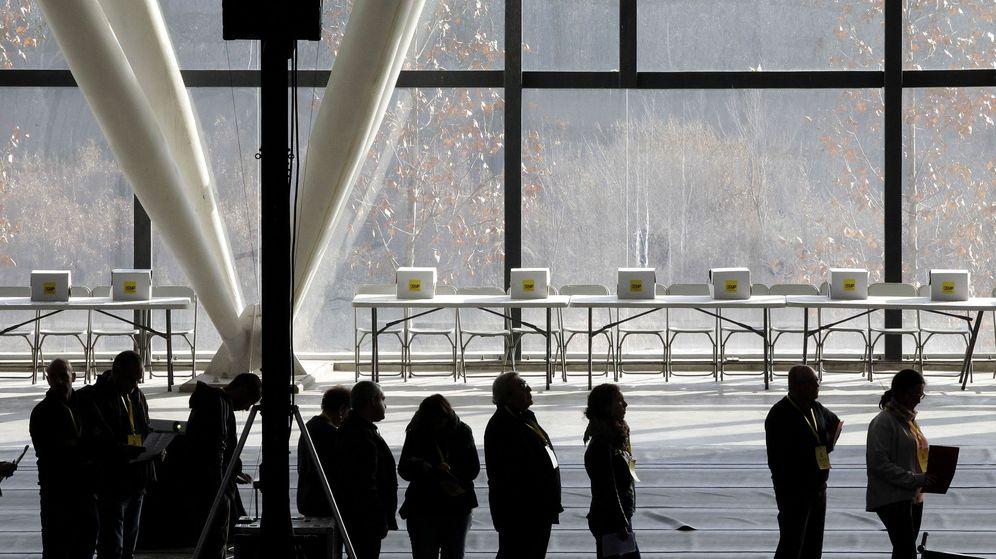 Foto: Varios simpatizantes de la CUP esperan a depositar su voto sobre la investidura de Artur Mas. (EFE)