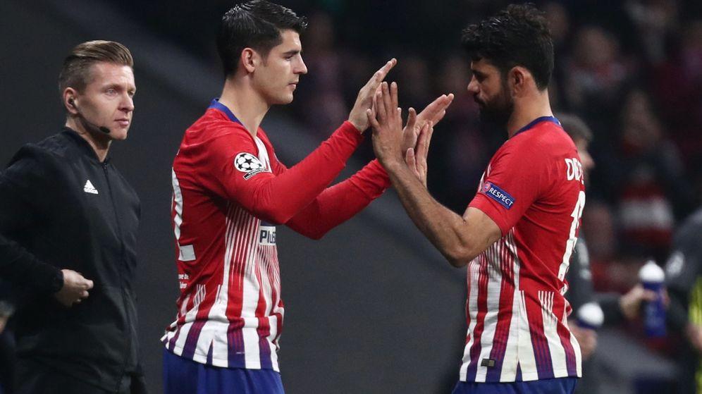 Foto: Álvaro Morata y Diego Costa se saludan durante un partido del Atlético de Madrid en Champions. (Reuters)