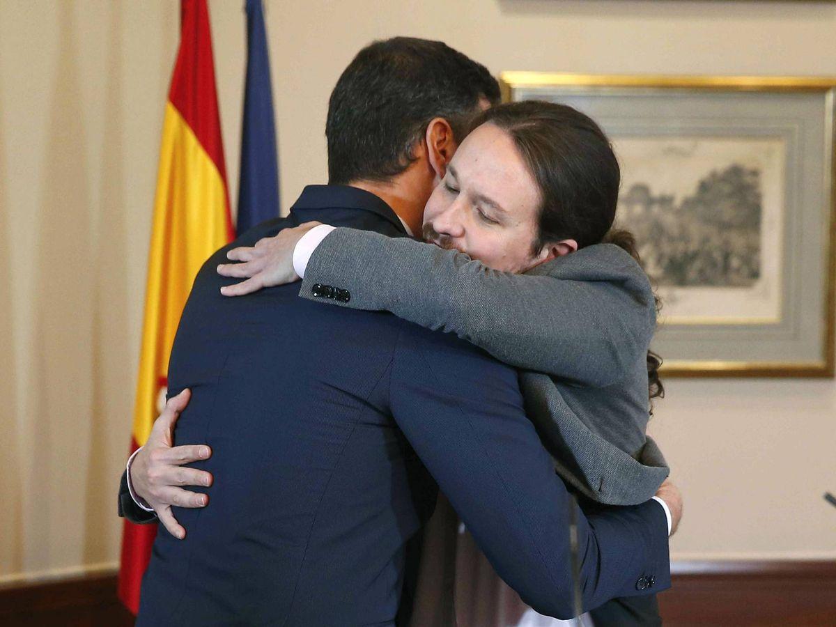 Foto: Pedro Sánchez y Pablo Iglesias se abrazan en el Congreso tras firmar un acuerdo para la formación de un Ejecutivo en España. (EFE)