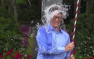 Cubos de agua fría para los famosos: el viral solidario que arrasa en internet