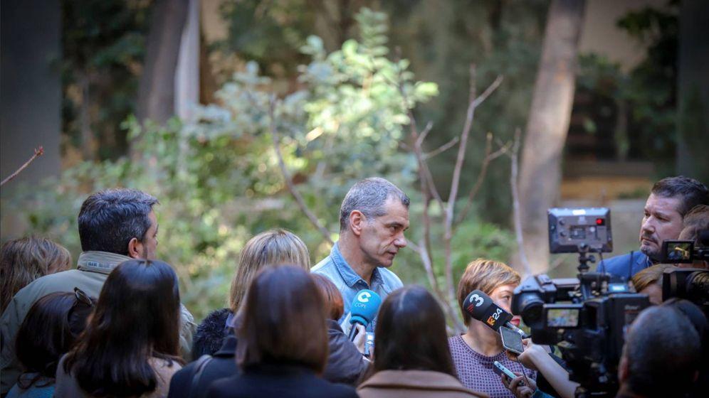 Foto: El precandidato de Ciudadanos a la Generalitat, Toni Cantó, en el jardín de las Cortes Valencianas. (Cs)