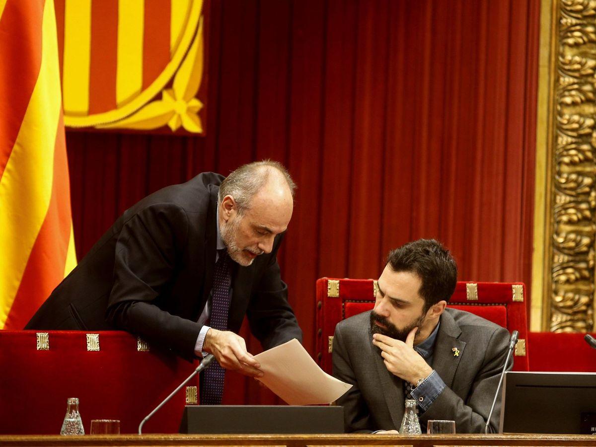 Foto: El letrado del Parlament, Joan Ridao, expolítico de ERC, con el presidente de la cámara, Roger Torrent. EFE