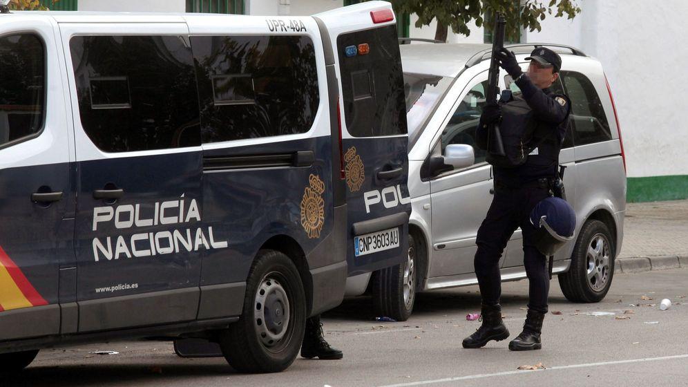Foto: Un agente de las fuerzas de seguridad en Algeciras. (EFE)