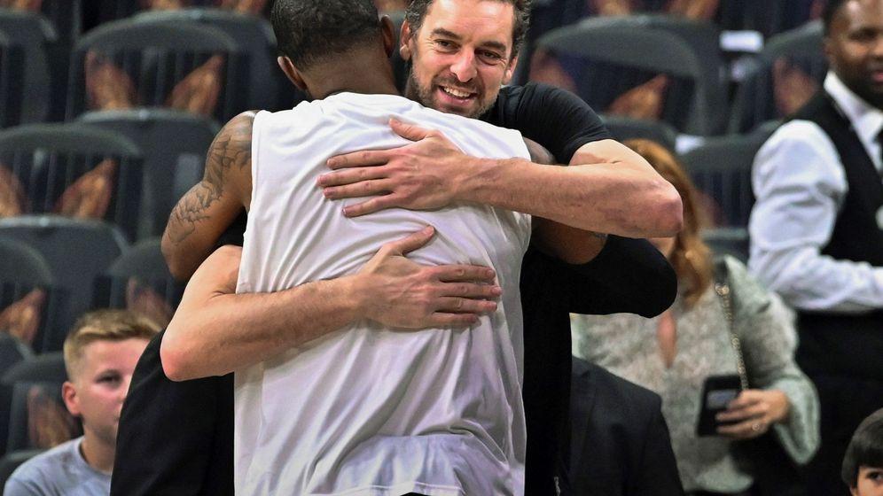 Foto: Pau Gasol abraza a LaMarcus Aldridge en su regreso a San Antonio. (EFE)