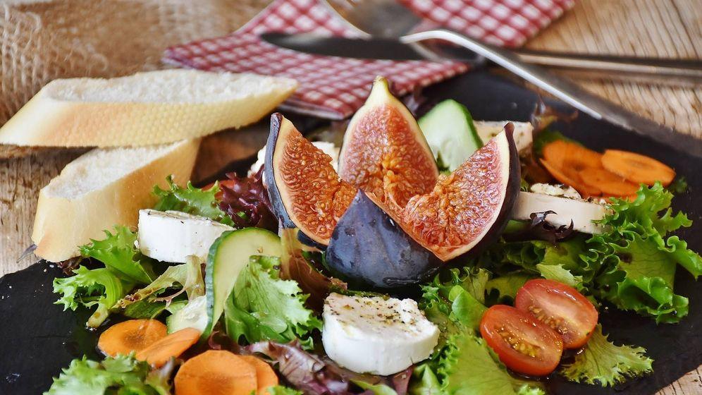 Foto: Una ensalada con lechuga, higo y tomate (Pixabay)