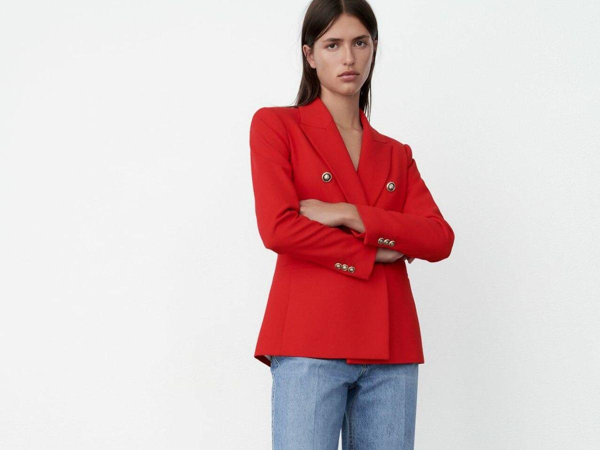 Foto: Zara combina su blazer rojo con estos vaqueros ideales. (Cortesía)