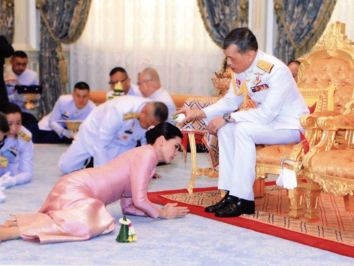 Foto: El rey de Tailandia vierte agua sobre su esposa Suthida durante una ceremonia. (EFE)