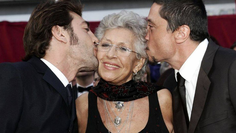 Pilar Bardem posa en la alfombra roja junto a dos de sus hijos, Javier y Carlos. (Getty)