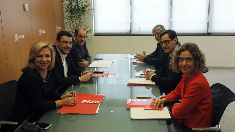 Foto: Elena Valenciano, Mario Jiménez y Paco Fuentes, a la izquierda, con Meritxell Batet, Salvador Illa y Antonio Balmón, este 2 de diciembre en Ferraz. (EFE)