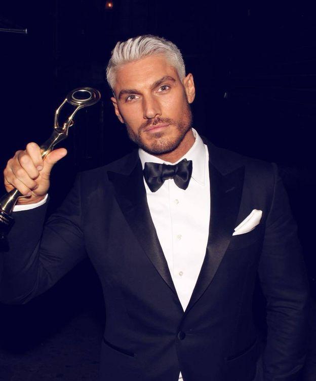 Foto: El estilista Chris Appleton con su Hollywood Beauty Award (Instagram @chrisappleton1)