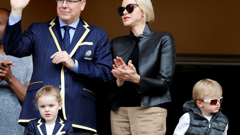 Alberto y Charlene de Mónaco junto a sus hijos en el estadio Louis II  de Mónaco. (Reuters)