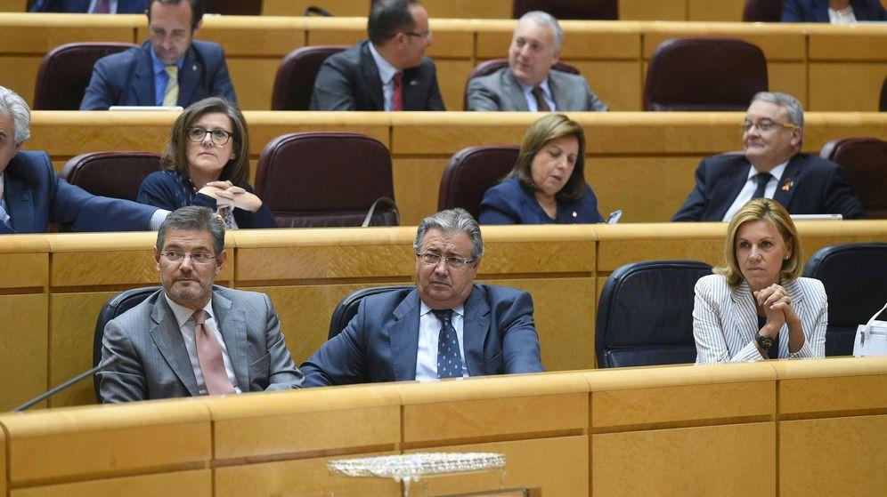 Foto: Los ministros de Fomento,  Íñigo de la Serna (i), del Interior, Juan Ignacio Zoido (2i), y de Defensa, María Dolores de Cospedal. (EFE)