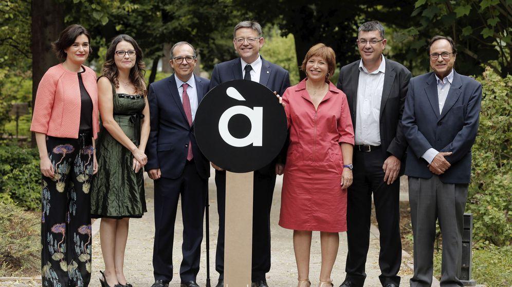 Foto: Ximo Puig, en el centro, en la presentación del logotipo de À Punt. (EFE)