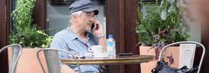 """Robert De Niro come con sus """"ángeles de la guarda"""""""
