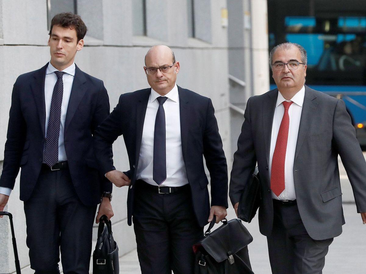Foto: Ángel Ron (d), expresidente del Popular, junto a sus abogados, en la Audiencia. (EFE)