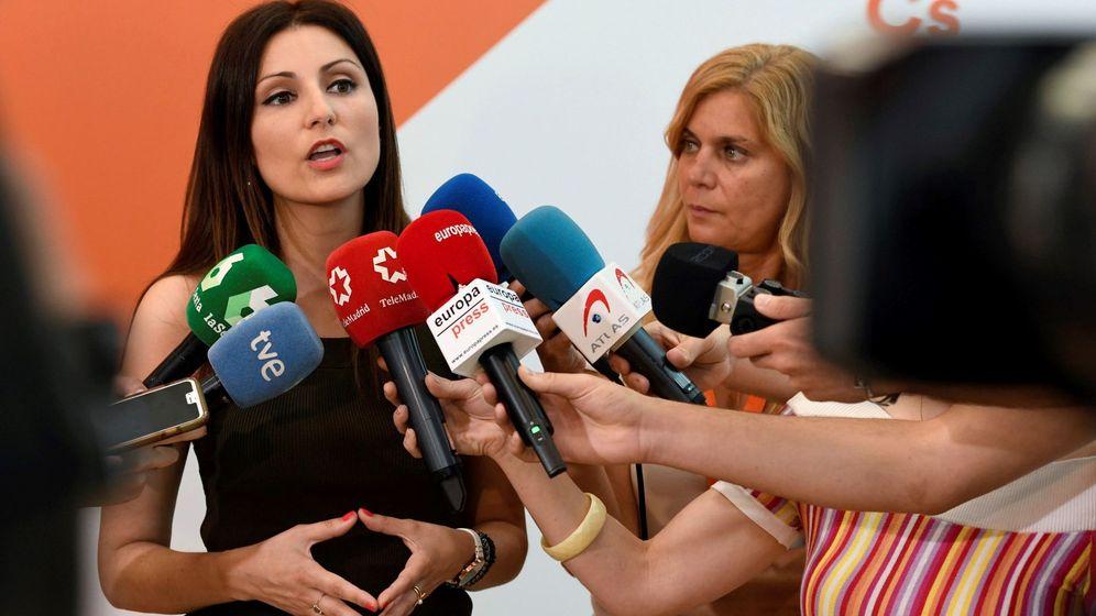 Foto: Lorena roldán atiende a los medios de comunicación sobre actualidad política