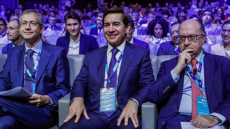 El gobernador del Banco de España, Pablo Hernández de Cos (i), junto al presidente de la patronal AEB, José María Roldán (d), y el presidente de BBVA, Carlos Torres (c). (EFE)