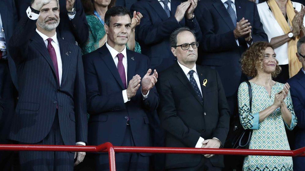 Foto: Felipe VI, con Pedro Sánchez, Quim Torra y Meritxell Batet, el pasado 22 de junio en la apertura de los XVIII Juegos Mediterráneos en Tarragona. (EFE)