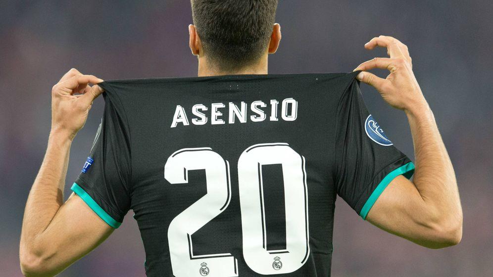 Foto:  Marcos Asensio muestra su camiseta. (Gtres)